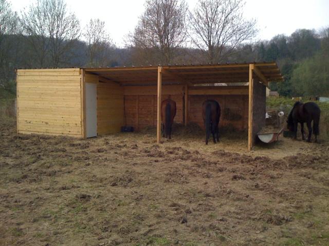 abris pour chevaux. Black Bedroom Furniture Sets. Home Design Ideas